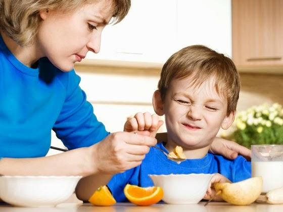 Mae Dando Comida Para Seu Filho Que Nao Esta Querendo Comer Larisa Lofitskaya Shutterstock 0000000000004E5F
