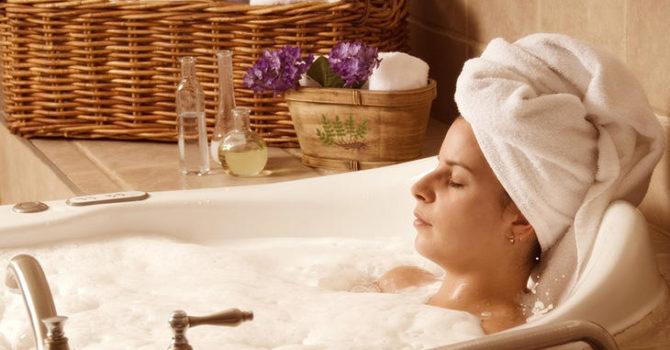 Banhos Quentes E Massagens Ajudam A Desintoxicar A Pele