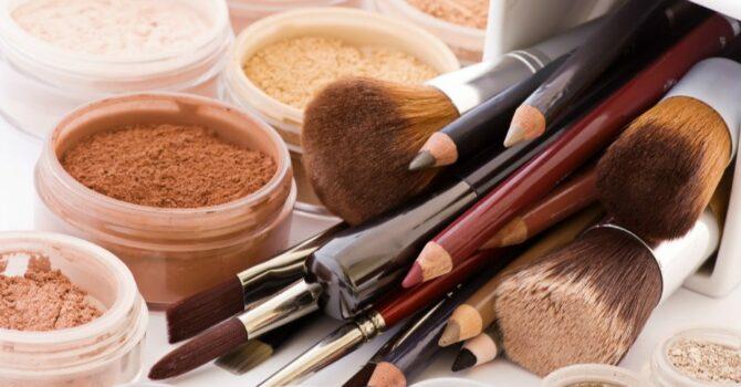 Compare A Maquiagem Mineral Com A Comum