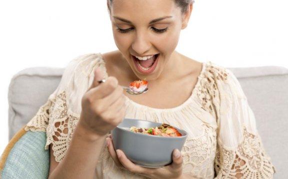 Garota Comendo Frutas 576×359