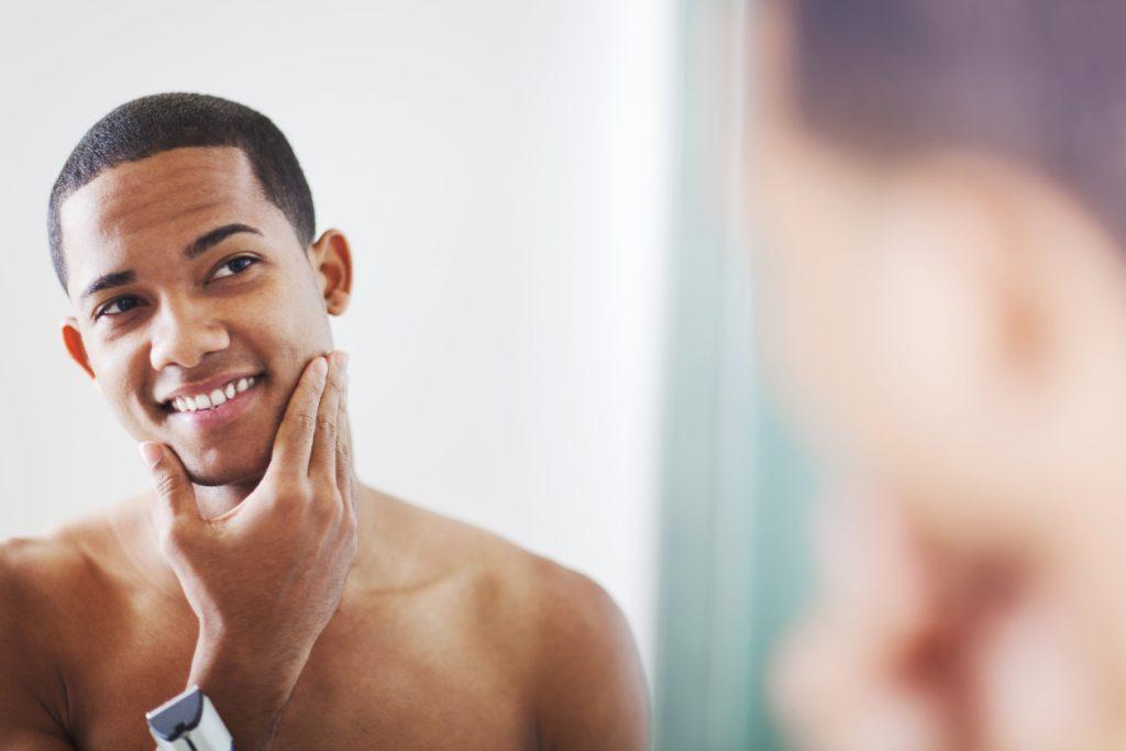 Cuidados Com A Pele Masculina Incluem Limpeza E Protetor Solar