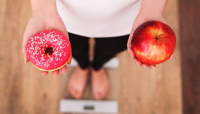 Pessoa Na Balanca Com Donuts E Maca 0318 1400×800